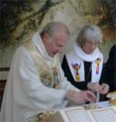 Die Evangelische Bischöfin Maria Jepsen (Hamburg) und der Alt-Katholische Bischof Joachim Vobbe (Bonn) beim gemeinsamen Brotbrechen beim ÖKT 2003 in Berlin - Fotograf: Walter Jungbauer