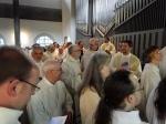 Die Geistlichen sammeln sich zum Treffen im Innenhof