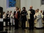 Die Bischofsinsignien (Ring, Mitra, Bischofsstab) werden gebracht