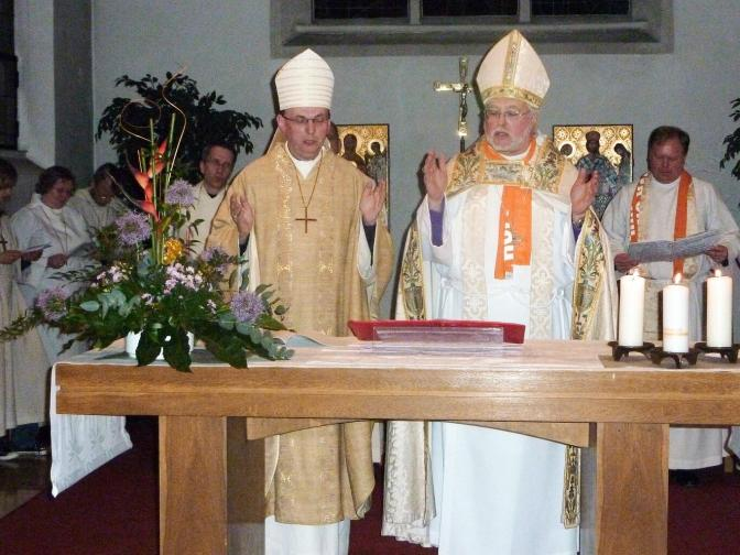 Von links nach rechts: Bischof Dr. Matthias Ring & Bishop Pierre Whalon bei einer Eucharistiefeier auf dem ÖKT 2010 in München - Foto: Alfons Fischer