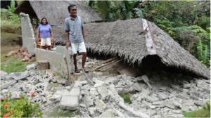 Clarita und Lito Cuevas vor ihrem zerstörten Haus auf den Philippinen (Foto von den Folgen des Taifuns im Februar 20112)