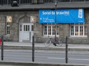 Kirchentags-Banner an der Bahnhofsmission - Foto: Walter Jungbauer