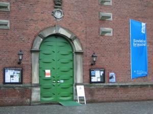 Eingangstür der Evangelisch-Lutherischen Hauptkirche St. Trinitatis / Altona - Foto: Walter Jungbauer