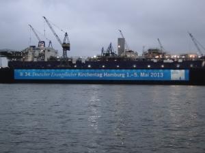 Großes Kirchentags-Banner am Dock - Foto: Walter Jungbauer