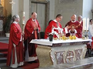 Neupriester Robert Geßmann beim Eucharistiegebet