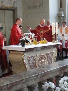 Neupriester Olaf Sion beim Eucharistiegebet