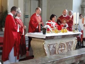 Neupriesterin Oranna Naudascher-Wagner beim Eucharistiegebet