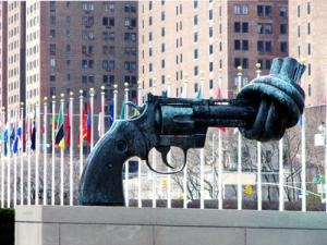 Skulptur des Künstlers Carl Fredrik Reuterswärd vor dem UNO Hauptquartier in New York City – Foto: © Rainer Sturm  / pixelio.de