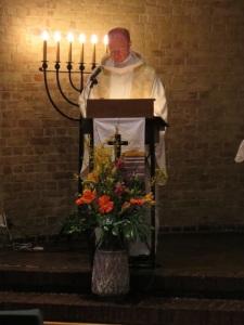 Das Evangelium wird von Dekan Oliver Kaiser gelesen
