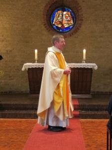 Pfarrer Reynders bei der Predigt
