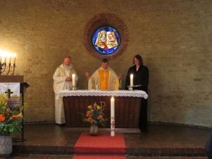 Ökumene beim Eucharistiegebet (von rechts nach links: Pastorin Susanne Nießner-Brose, Pfarrer Georg Reynders, Dekan Oliver Kaiser)