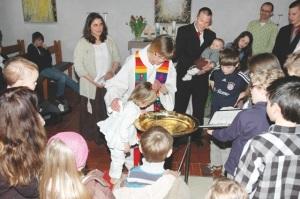 Priesterin (GiZ) Brigitte Glaab (Aschaffenburg) bei einer Taufe
