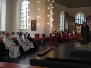Propst Dr. Horst Gorski (am Ambo) begrüßt offiziell Pastorin Britta Eger