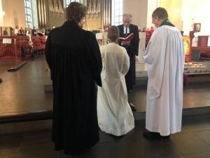 Pastorin Britta Eger (Mitte) umringt von Propst Dr. Horst Gorski (in der Mitte vor ihr), Pastorin Marion Knutz-Kempendorf (links) und Pastor Ove Fosse (rechts)