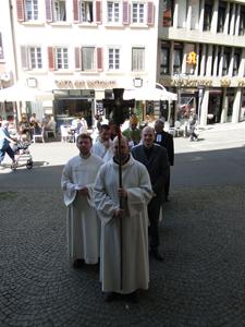 Sammlung der Liturgen vor der Kirche