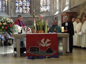 Von rechts nach links am Altar: Prälat Ulrich Mack, Erzbischof Ephraim, Bischof Dr. Matthias Ring, Reverend Kenneth Dimmick